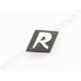 Targhetta anteriore -R- in metallo 2 perni interasse 19mm. per Vespa  125 GTR 1° serie dal telaio VNL2T 100001 fino a 127357 - R